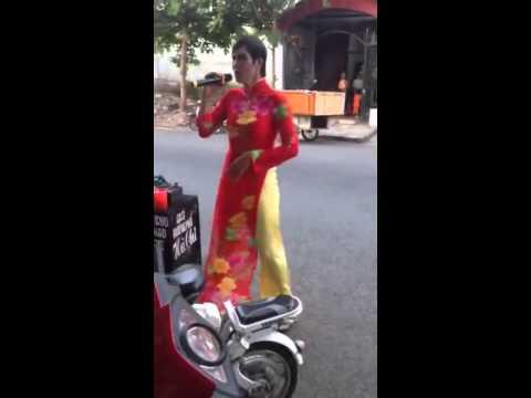 Ca sỹ đường phố mặc áo dài nhảy cực chất