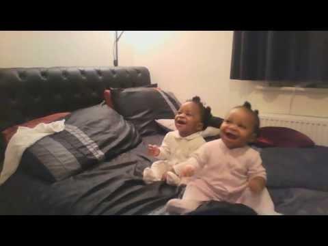 mamma canta e film le sue gemelle, ma guardate cosa fa quella a destra!