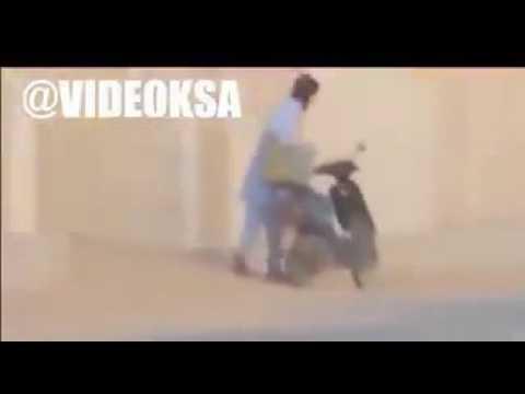 #فيديو : مفحط مستهتر يعرض حياة عامل للخطر بعد أن أوشك على دهسه