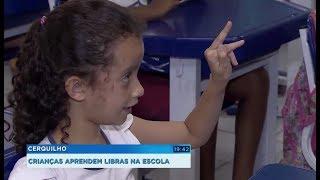 Professora ensina Libras a alunos de escola municipal de Cerquilho