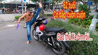 Video Ông lão Xe ôm 62 tuổi luyện võ công như Lý Tiểu Long trên đường phố Sài Gòn MP3, 3GP, MP4, WEBM, AVI, FLV September 2019