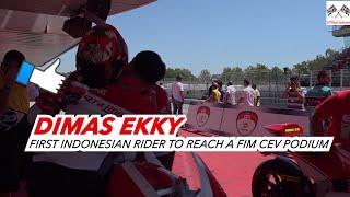 """Dimas Ekky Pratama Pembalap Indonesia Pertama Podium di CEV MOTO2Dimas Ekky berhasil meraih podium ke-3 di Moto2 CEV serie CatalunyaDimas Ekky mencetak sejarah balap. Menjadi pebalap Indonesia pertama yang mengibarkan Merah Putih di podium FIM CEV Moto2.Dimas meraih podium ketiga di race 1 putaran 3 FIM CEV di Barcelona melalui perjuangan sangat keras. Start di posisi 3 tapi sempat tercecer hingga posisi 7 di lap2 awal. Dimas baru bisa overtake dan raih posisi 3 hanya 2 lap sebelum finish.Inilah podium pertama bagi Dimas Ekky dan Indonesia di kelas Moto2 FIM CEVVideo CreditPrensaSport https://www.youtube.com/channel/UCLEkbHqVq-Xvx9xwAVs6vXg------------------------------Terimakasih Sudah Menyaksikan! Thanks For Watching! Channel ini berisi berita Informasi Seputar Dunia Balap Grand Prix serta Klip / Video Para Pembalap Indonesia di kancah internasional.Jangan Lupa untuk:1. Like2. SUBSCRIBE3. Share4. CommentTerimakasih yang sudah Berkunjung dan Subscribe berlangganan channel saluran ini.Mohon maaf jika masih banyak kekurangan.Follow HereSubscribehttp://www.youtube.com/c/GPManiaIndonesiaTwitterhttps://twitter.com/GPManiaIndoFacebookhttps://www.facebook.com/gpmaniaindonesiaG+https://plus.google.com/u/0/116450608444653656711====================COPYRIGHT NOTICE CLAIMSPlease if you have any issue with the content used in my channel or you find something that belongs to you, before you claim it to youtube SEND ME A MESSAGE and i will DELETE it right away , I have WORKED REALLY HARD for this channel and i can't start all over again , Thanks for understanding """"Copyright Disclaimer""""Under Section 107 of the Copyright Act 1976, allowance is made for """"fair use"""" for purposes such as criticism, comment, news reporting, teaching, scholarship, and researc"""