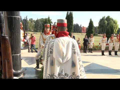 President Nicolae Timofti lays flowers at monument to Stefan cel Mare