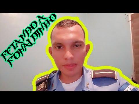 Policia Hondureño reta a Ronaldinho para ver quien hace los mejores trucos con el balon.