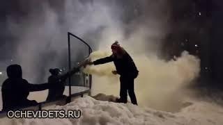 Ojciec robi szybki porządek z dwoma cwaniakami na lodowisku