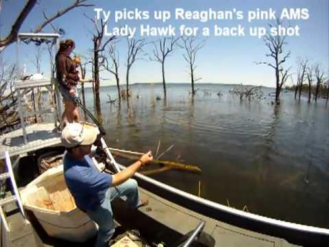 с лодки из арбалета в рыбу