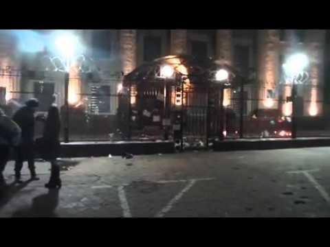 Вночі на російське посольство напали з коктейлями Молотова (відео)