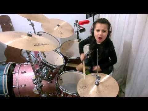 bambina di 5 anni suona enter sandman dei metallica alla batteria