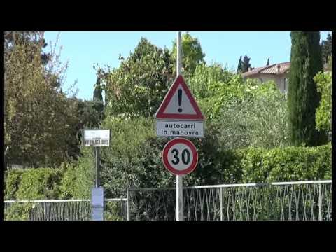 Puglia, una strada stretta e pericolosa per gli autobus