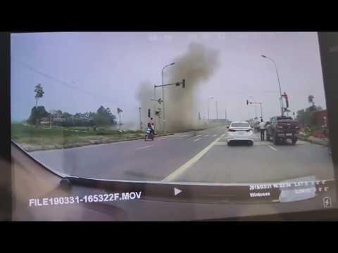 Vượt đèn đỏ tốc độ 'bàn thờ', xe đầu kéo húc văng ô tô con rồi lao xuống ruộng