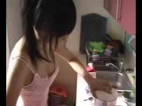 漂亮女孩沒穿內衣只穿小可愛在廚房教你做菜