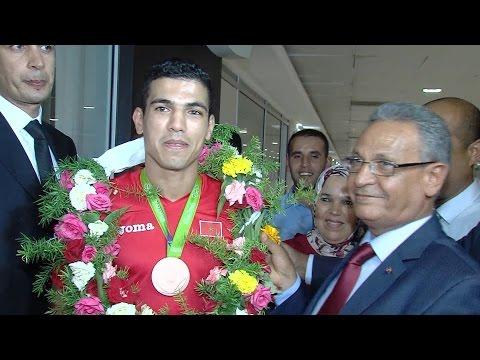 استقبال حار للملاكم المغربي محمد الربيعي في مطار محمد الخامس