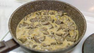 Печень говяжья в сметане и с луком на сковороде
