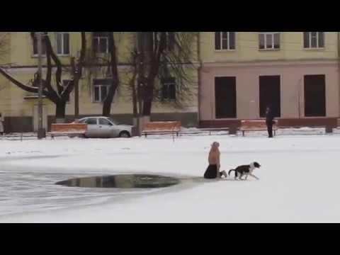 Un ruso semidesnudo salva a un perro atrapado en un río helado