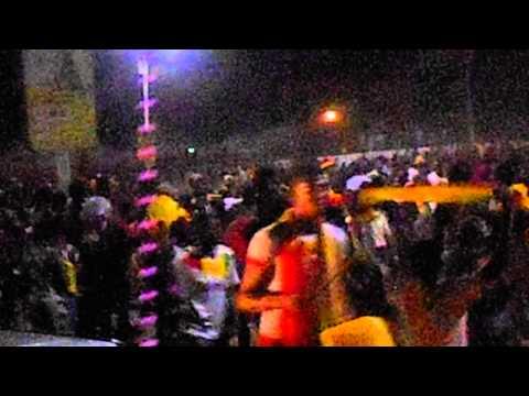 مشجع غينى يرتدى فستان زفاف احتفالاً بالفوز على تونس
