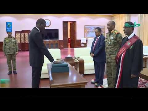 وزير العدل يؤدي القسم امام رئيس مجلس السيادة