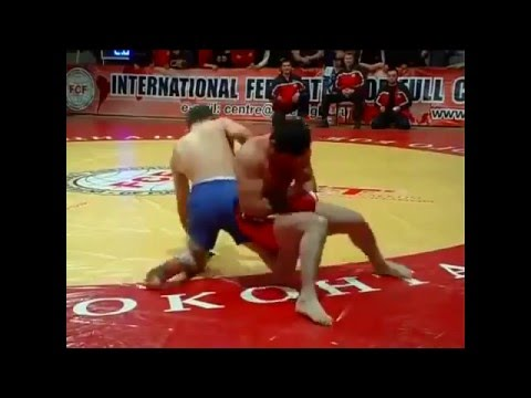 Fighter Chokes Other Guy Out At The Cost Of His Own Knee