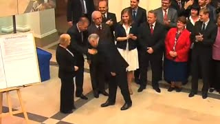 Prezes Kaczyński chciał pocałować w rękę kandydata.