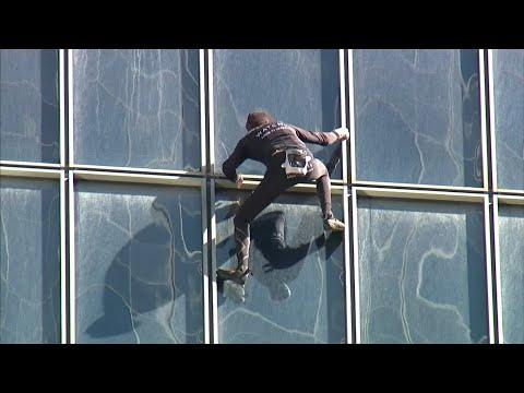 Mit bloßen Händen: Spinnenmann Alain Robert in Paris  ...