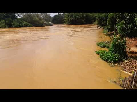 O nível  do Rio pomba  em aperibe  estado do Rio de Janeiro  está subindo  muito
