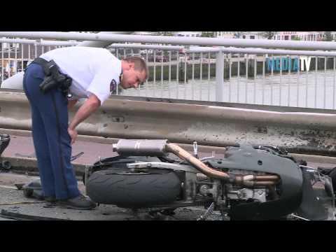 Motorrijder zwaargewond na frontale aanrijding op Willemsbrug