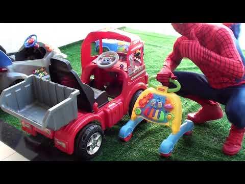 Papai e Pequeno HOMEM ARANHA consertando o Caminhão Oficina Divertida видео