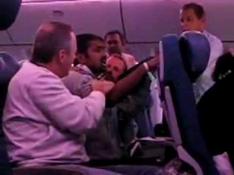 Dronken Indiase man vliegt voor het eerst