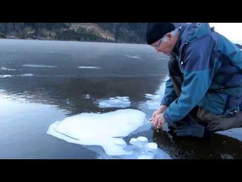 他在冰湖上點燃火柴後用刀子戳破冰層,接著出現的畫面「必須揉眼睛看幾次」才相信!