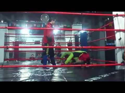Muay Thai -opettaja antaa oppitunnin tyrmäämisestä