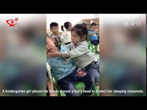 العرب اليوم - شاهد: رد فعل طريف لطفلة تساعد زميلها في الحضانة