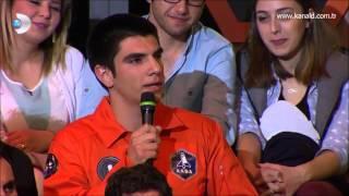 Takip edebilirsiniz;instagram.com/halilkayikcitwitter.com/halilkayikciİTÜ Uçak ve Uzay Bilimleri Fakültesi, Uzay Mühendisliği Bölümü 3. sınıf öğrencisi Halil Kayıkçı'nın çocukluğundan bu yana kurduğu uzaya gitme hayali, 2015 yılında gerçeğe dönüşecek. Kayıkçı, uzay yolcuğunu tamamladığında ise en genç Türk Astronot ünvanını alacak ve İTÜ tarihindeki ilklere de bir yenisini ekleyecek.Bir kampanyaya katılarak Apollo Uzay Akademisi'ne kabul edilen İTÜ öğrencisi Halil, 60 farklı ülkeden 107 kişinin yer aldığı kampta uzaya gitme hakkı kazanan 23 kişiden biri olmayı başardı. Bu başarıya uzanan yolu, çocukluğundan bu yana taşıdığı uzay hayalini konuştuk.-Uzaya çıkmak nasıl bir hayaldi?İlkokuldayken bir arkadaşımla birlikte TÜBİTAK'ın yayınladığı bilinmeyenler ansiklopedisi serisinin her ay bir tanesini okurduk. Uzay, uzaylılar, uzay araçları, piramitler vs... Biz, en çok uzaylıları merak ediyorduk. Para biriktirip uzaya gidelim diyerek hayaller kuruyorduk ama çok para lazımdı. Arkadaşıma dedim ki biz iyisi mi önce Mısır'a gidelim piramitlerin içerisinde bir şey buluruz. Gizli bilinmeyen bir şey onu paraya dönüştürür, oradan topladığımız parayla da kendimize uzay aracı yapar ve gideriz. Öyle bir hayal işte… Aslında hayatımın içinde hep uzay vardı. Hala o hayalin peşinde koşuyorum.-Uzay bilimleri eğitimi ülkemizde İTÜ'nün öncü olduğu bir alan. Seni İTÜ'lü yapan, hiç vazgeçmediğin uzay hayali miydi?Aslında evet. İTÜ'nün tanıtım günlerine geldim. Baktım Uzay Mühendisliği diye bir bölüm var. Bölümle ilgili bilgi aldım, laboratuvarları gezdim. Bana İTÜ'nün uzaya gönderdiği ilk uydudan gelen sinyallerini falan gösterdiler, çok etkilendim ve İTÜ'yü tercih ettim. Bu arada beraber hayal kurduğum arkadaşım da burada ama o Çevre Mühendisliği Bölümünü kazandı. Sonuçta o da İTÜ'lü oldu.-Çocukluk hayaline 20 yaşında ulaşabilecek olmak nasıl bir duygu?Çok güzel bir duygu çünkü sıradaki hayallere zaman bırakıyor. Uzaya çıktık Ay'a gidelim, Ay'dan Mars'a gidelim, gibi daha değişik hayallere