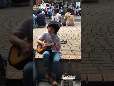 Taitava poika soittelee ukulelea kadulla