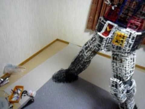 神人花了40小時組裝鋼彈模型的廢棄邊框,最後完成的「巨大神作」讓我直接跪在電腦前了。