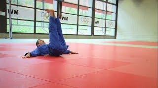 Um sich beim Judo nicht zu verletzen, lernen die Judoka besondere Techniken, um den Körper beim Fallen zu schützen. Der Judoka muss in der Lage sein in alle Richtungen, also nach links und rechts, sowie nach vorne oder nach hinten zu fallen.