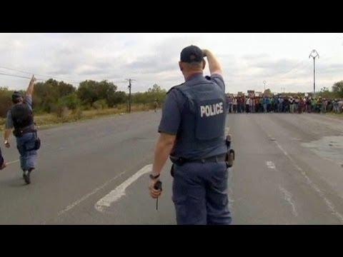 شرطة جنوب إفريقيا في مواجهة عمال المناجم المضربين - فيديو