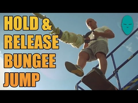 笨豬跳不用安全措施,直接用手捉緊繩索就跳下來!