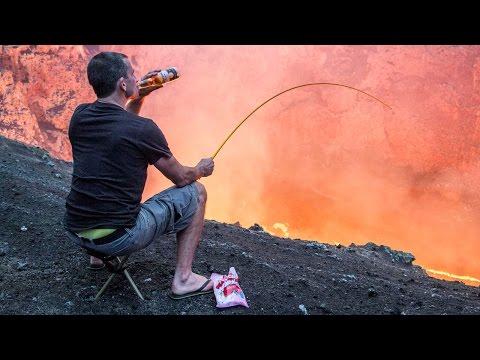 冒險家在火山口,一邊喝啤酒一邊拿釣竿,很詭異的舉動?