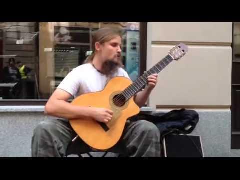 Gatumusikant spelar gura