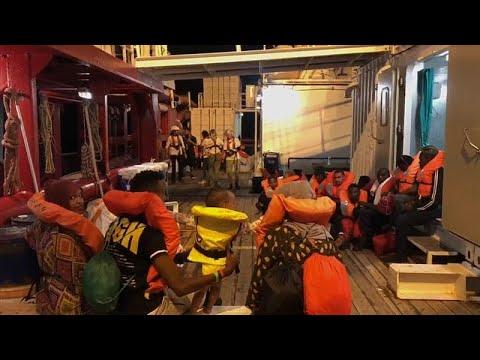 Άδεια να αποβιβαστούν οι μετανάστες από το Ocean Viking
