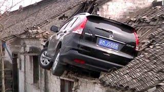 Video Sebuah Mobil Nyungsep di Atap Rumah Setelah Mencoba Menghindari Kendaraan Lain MP3, 3GP, MP4, WEBM, AVI, FLV Oktober 2017