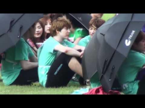 [HD fancam] 110827 Idol Sports Day - Magnae Kyuhyun needs his umbrella! (видео)