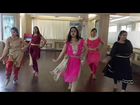 Video New Garba dance moves on udi udi jaye from RAEES. download in MP3, 3GP, MP4, WEBM, AVI, FLV January 2017