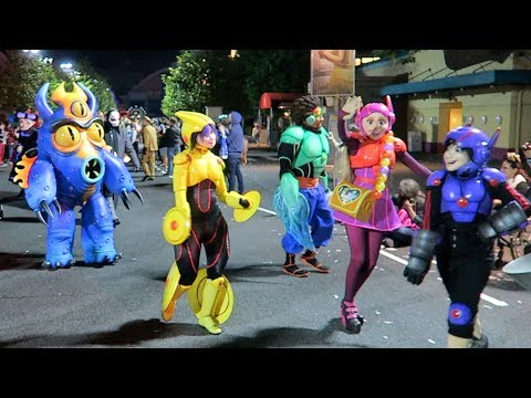 Most Disney Characters EVER in a Parade at the FanDaze inaugural Party at Disneyland Paris !!