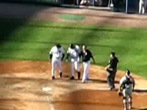 Derek Jeter hit in hand (видео)