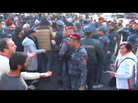 Ոստիկանները քաղաքացիների են բերման եՆթարկում Մաշտոցի պողոտայից - DomaVideo.Ru
