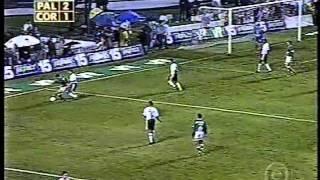 O famoso jogo das embaixadinhas. Jogo válido pela final do Paulistão de 1999.