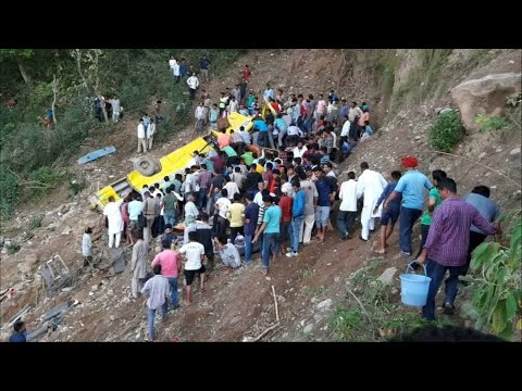 60 Meter tief abgestürzt: Schulbusunglück in Indien f ...
