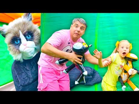 Nastya y su papa están perdidos en un misterioso laberinto de Halloween