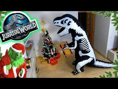El T-REX MISTERIOSO nos deja una sorpresa de Jurassic World y pilla a el GRINCH robando!!