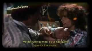 Louise Sawyer (Susan Sarandon) é uma garçonete quarentona e Thelma (Geena Davis) é uma jovem dona-de-casa. Cansadas da vida monótona que levam, as amigas resolvem deixar tudo para trás e pegar a estrada. Durante a viagem, elas se envolvem em um crime e decidem fugir para o México, mas acabam sendo perseguidas pela polícia americana.